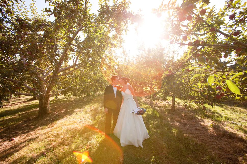 Jeunes mariés s'embrassant dans une cidrerie