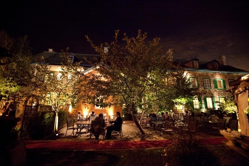 Terrasse de l'Oasis du Vieux Palais en fin de soirée.