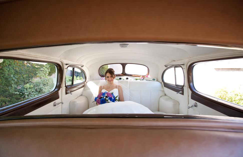 Mariée dans une voiture antique