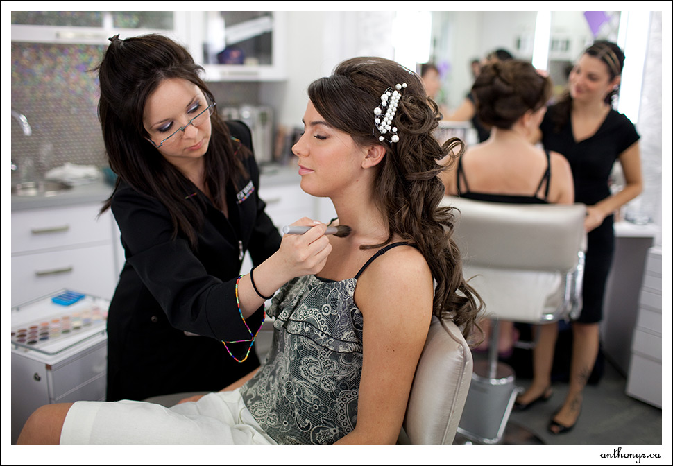 Maquillage et coiffure de la mariée.