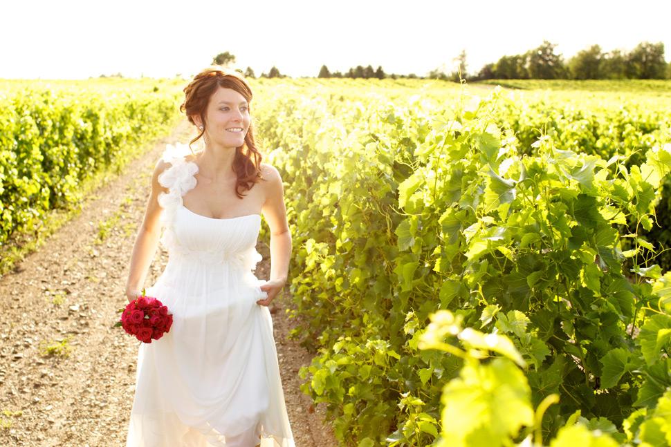 Mariée marchant dans un vignoble à Dunham