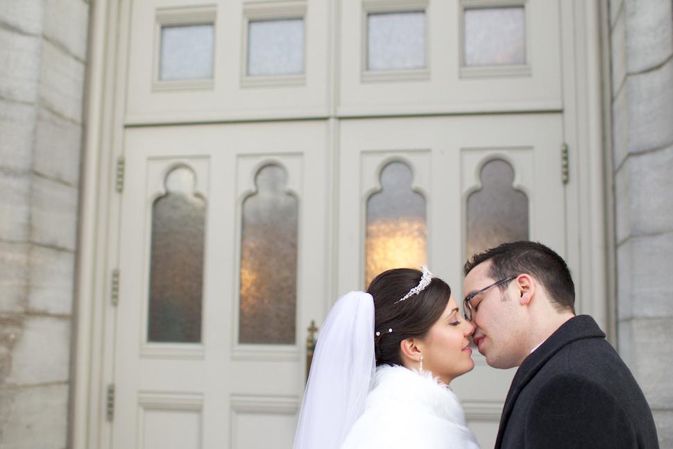 Couple qui s'embrasse devant une église