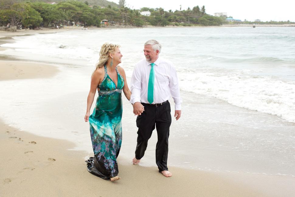 Couple marchant main dans la main sur la plage de l'île d'Hispaniola