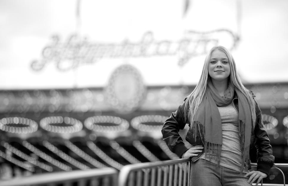 Adolescente devant un manège.