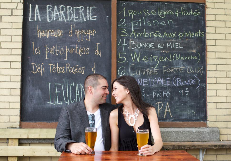 Couple amoureux buvant une bière à la Barberie dans le quartier St-Roch.