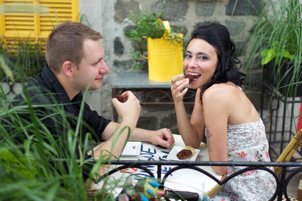 Couple dégustant un dessert sur une terrasse