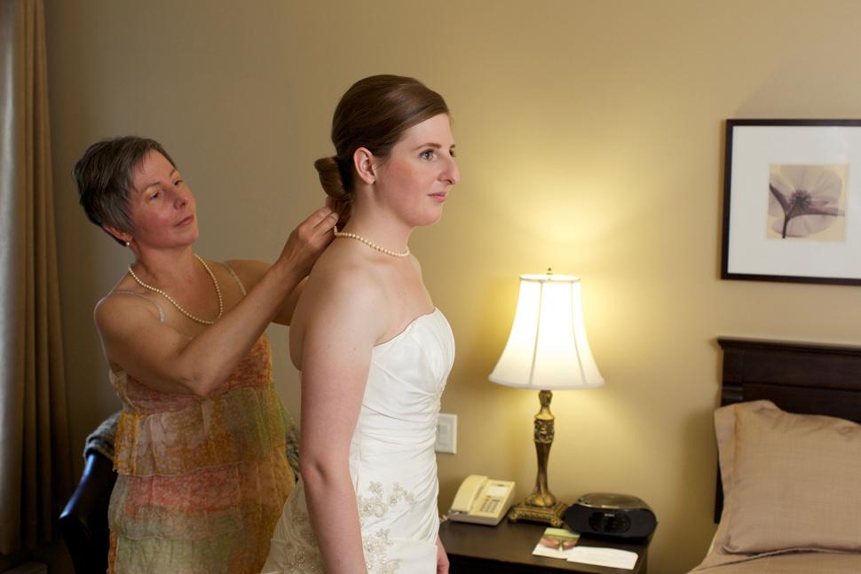 Préparatifs de la mariée dans sa chambre d'hôtel