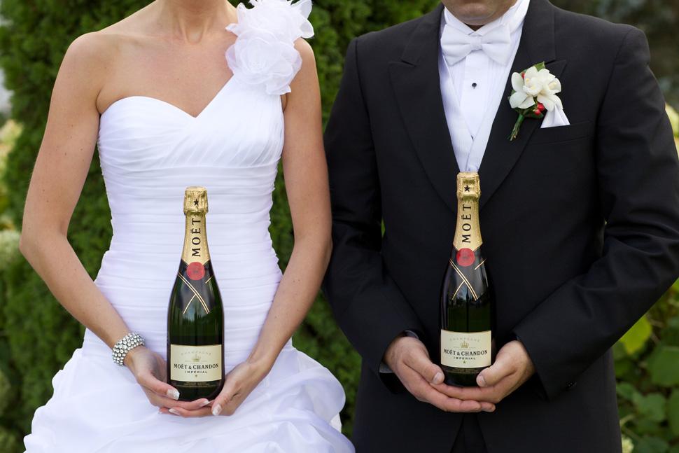 Toast avec bouteilles de champagne