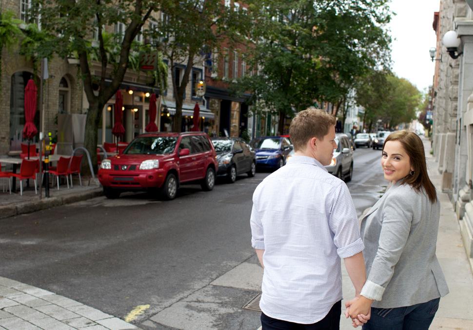 Couple marchant main dans la main dans les rues du Vieux-Québec.