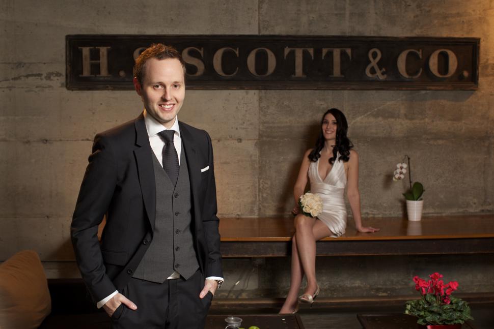 Jeunes mariés posant dans un des plus beaux hôtels du Canada.