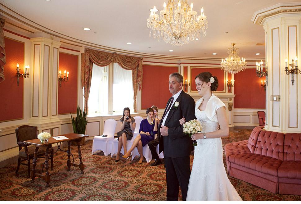 Entrée de la mariée avec son père.