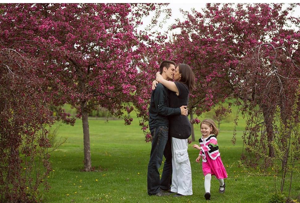Parents et enfant dans un parc.