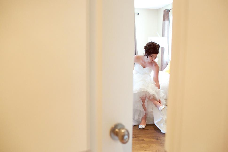 Mariée mettant ses souliers dans sa chambre.