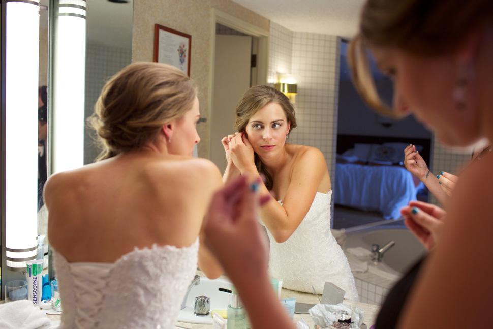 Préparatifs de la mariée dans sa chambre d'hôtel luxueuse.