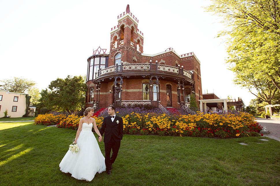 Nouveaux mariés devant le Château Saint-Antoine.