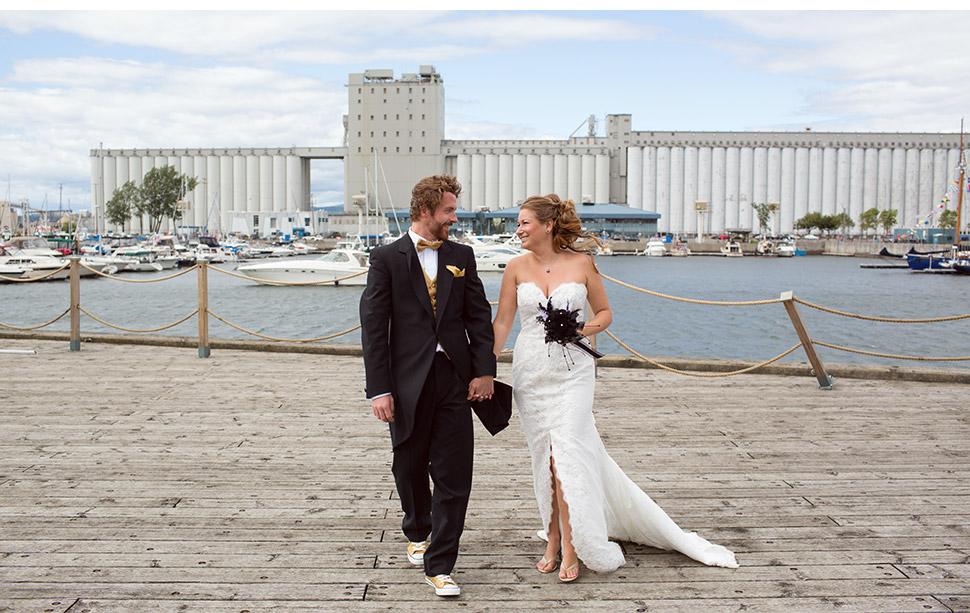 Mariage près d'une marina.