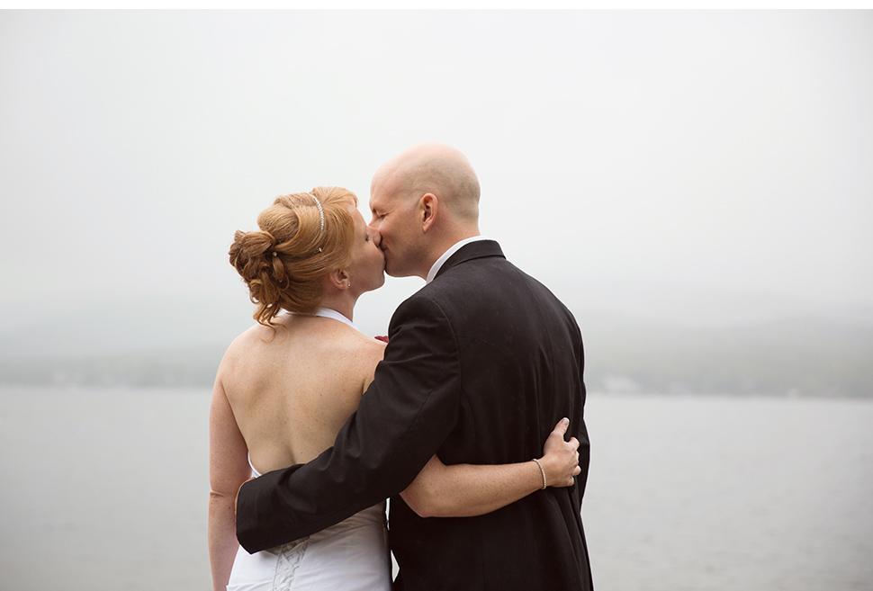 Mariage près d'un lac.