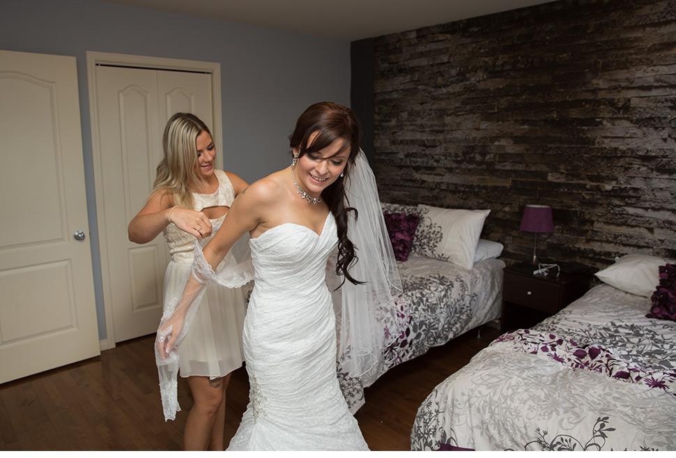 Photographie des préparatifs de la mariée.